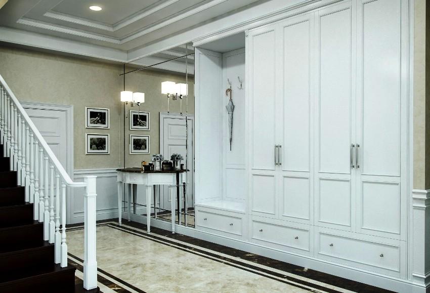 Полы в коридоре с классическим дизайном имеют чаще всего светлый оттенок
