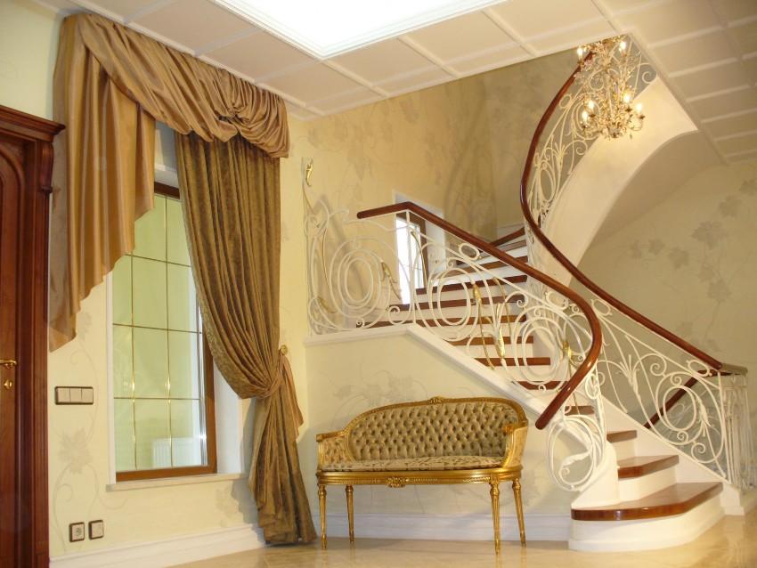 В прихожих в классическом стиле потолки часто имеют многоуровневую конструкцию