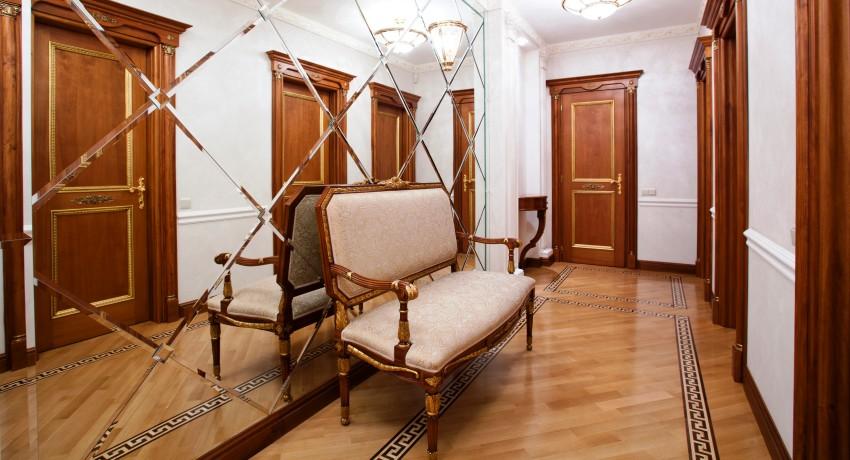 Красивой составляющей классической прихожей может стать зеркало во всю стену