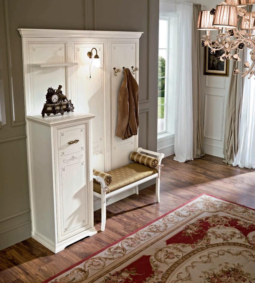В прихожей оформленной в классическом стиле могут использоваться открытые полки-вешалки