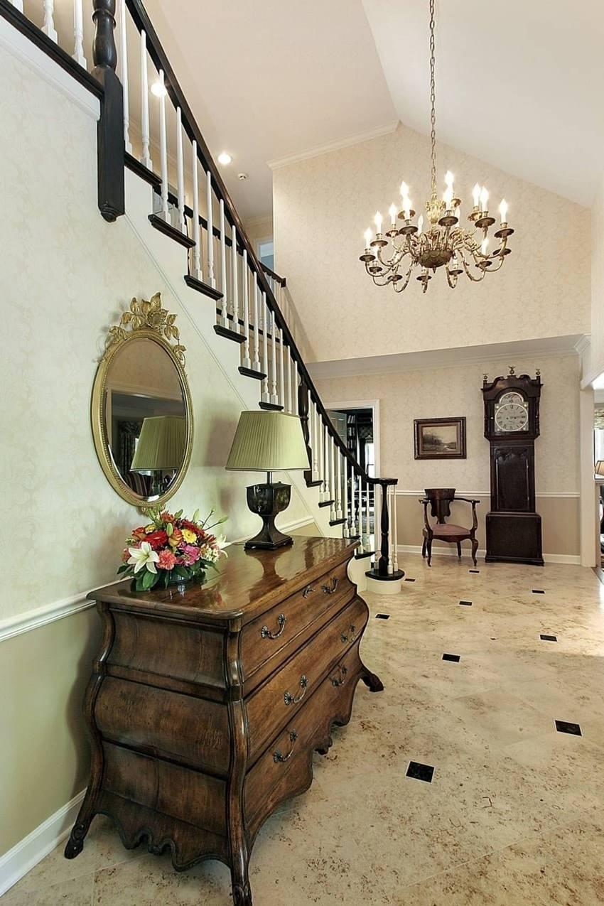 Любая прихожая с лестницей в классическом стиле имеет свой неповторимый облик