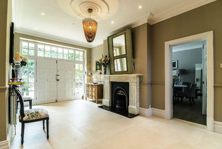 Люстра должна быть нарочито броской, потому что классический стиль подчеркивает роскошь и достаток владельцев жилья