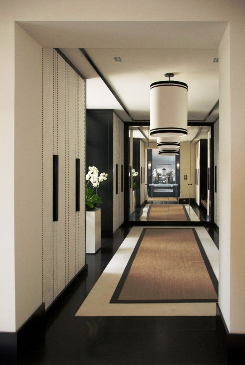 Люстра - один из самых важных элементов декорирования в прихожей классического стиля