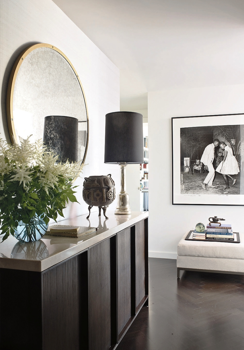 В интерьере прихожей в классическом стиле уместны изящные аксессуары, кованые детали, роскошные зеркала
