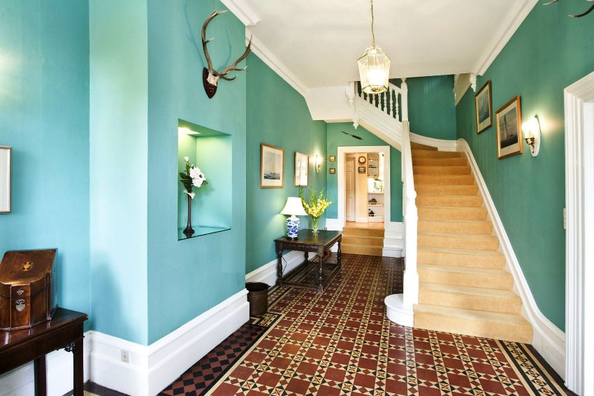 От конструкции лестницы и материалов из которых она выполнена зависит общее ощущение от прихожей