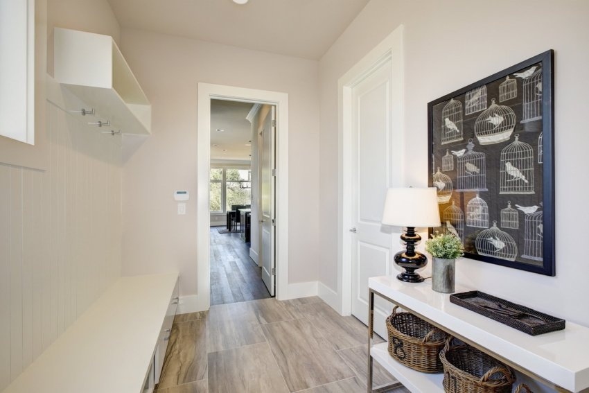 Более выгодно классический дизайн можно воплотить в коридорах квадратной или прямоугольной формы
