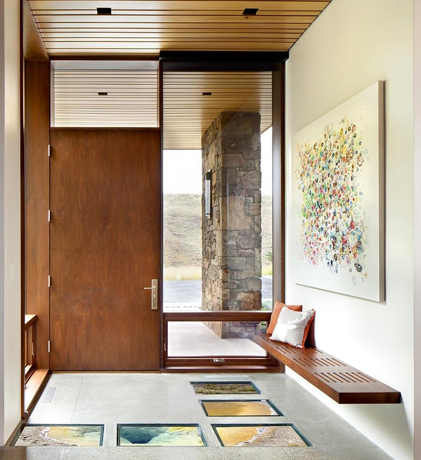 Для отделки стен прихожей в современном стиле можно использовать обои или краску