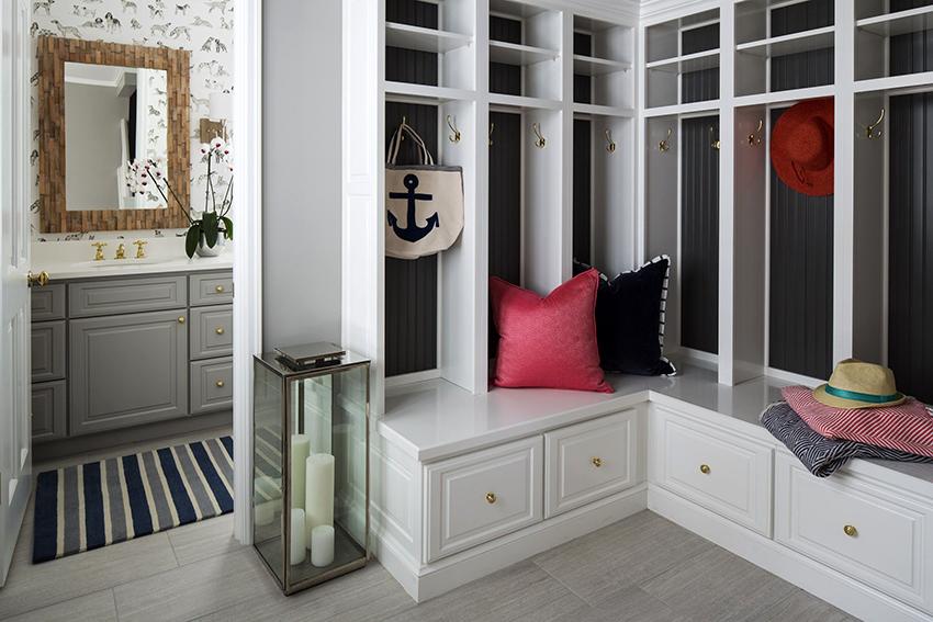 Большой симметричный шкаф – идеальное решение для угловой прихожей