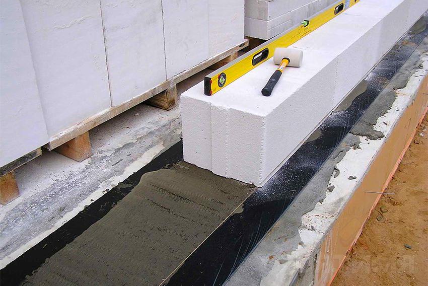 Для выполнения работ по строительству домов из газобетонных блоков не требуется высокая квалификация