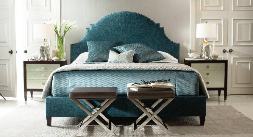 """Если кровать имеет """"королевские размеры"""", то ширина прикроватных тумбочек должна составлять от 50 до 100 см"""