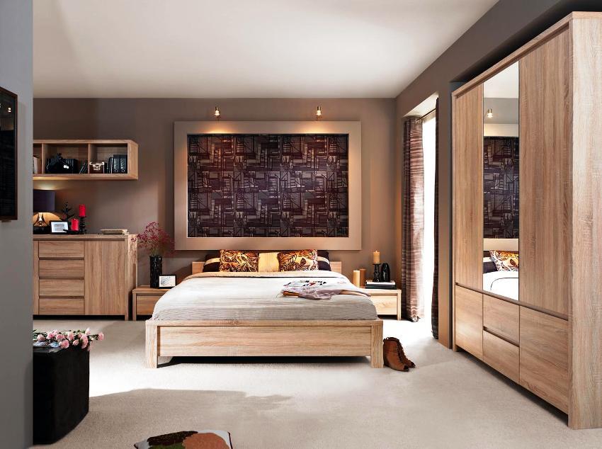 Для спальной комнаты с большой кроватью приобретаются две прикроватные тумбочки, устанавливаемые по обе стороны кровати