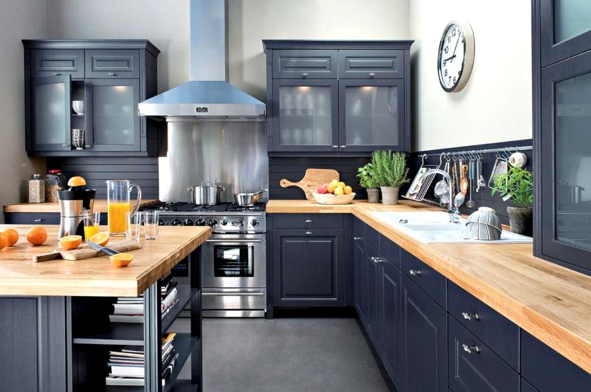 Угловую столешницу для небольшой кухни можно выбирать как светлую, так и темную, но лучше, если она не будет контрастной по отношению к фасадам