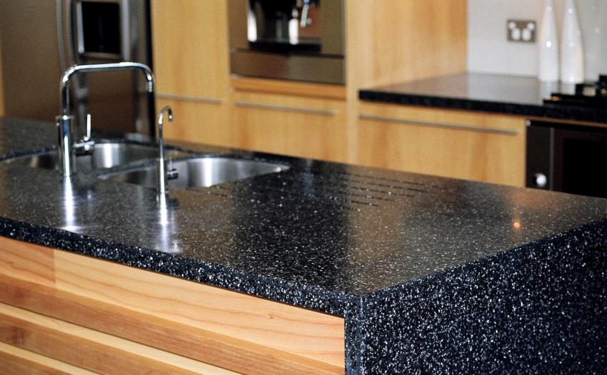 В качестве материалов для изготовления столешниц из природного камня наиболее распространены гранит и мрамор