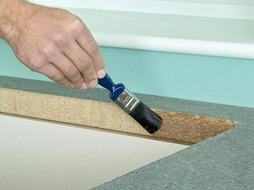 Выполняя стыковку частей столешницы из древесных материалов, обработка срезов и использование герметика обязательны