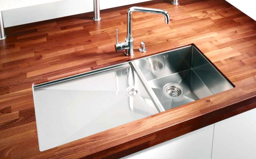 Ширина кухонной столешницы влияет не только на площадь рабочей поверхности, но и на габариты нижнего мебельного блока