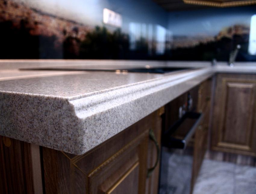 Столешницы из камня для кухни характеризуются презентабельностью и прочностью