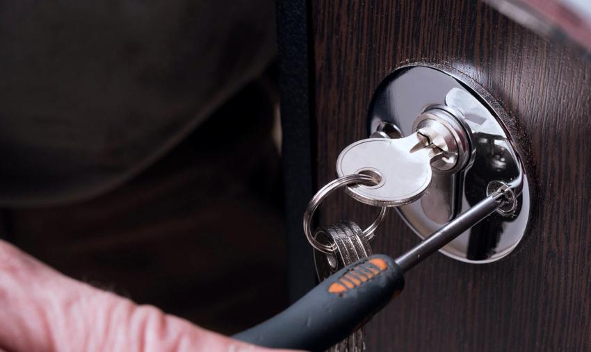 Причиной поломки замка может быть смещение отдельных деталей механизма или его засорение
