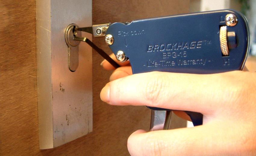 Для извлечения сломанного ключа понадобиться специальное приспособление