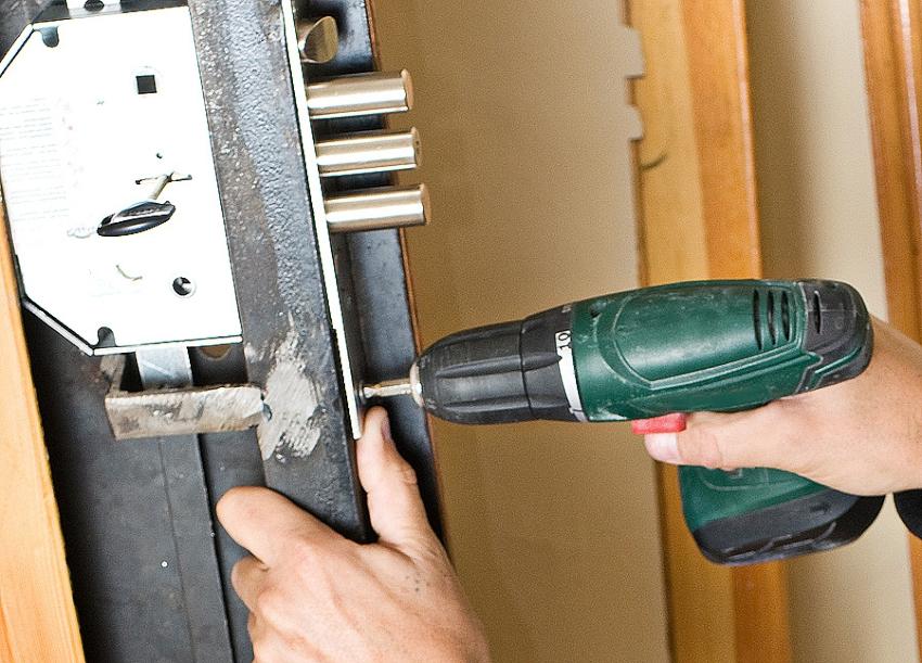 При поломке запорного устройства проще всего произвести замену старой скважины на новую