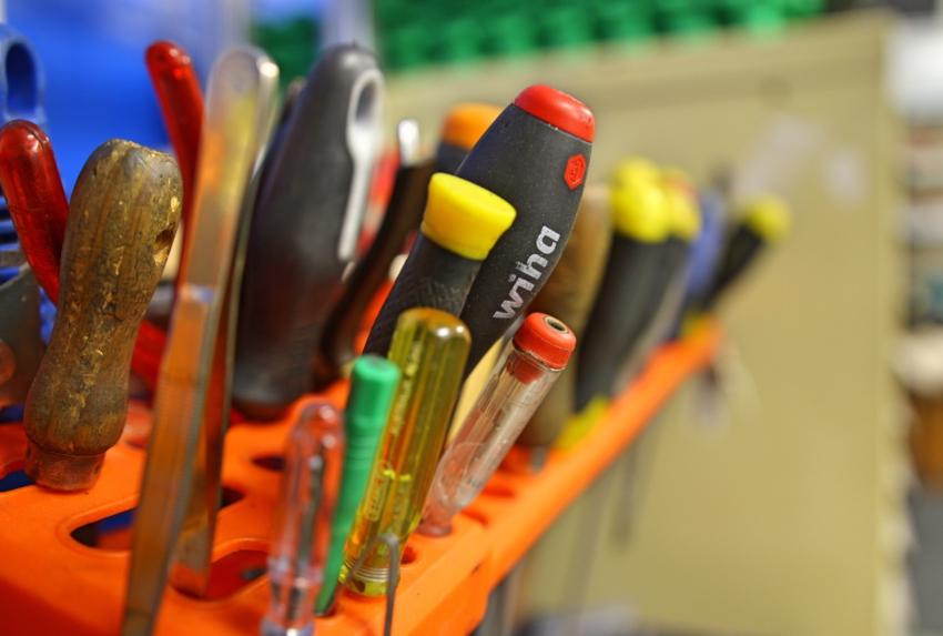 Для починки замка используются: фрезер, молоток, стамеска, шуруповерт, сверла, отвертки, рулетка