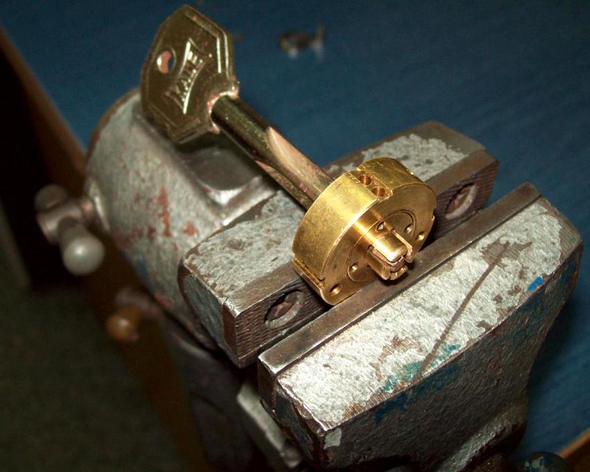 Простая конструкция крестовых замков уменьшает вероятность поломки, поэтому ремонтные работы сводятся к обычной чистке механизма