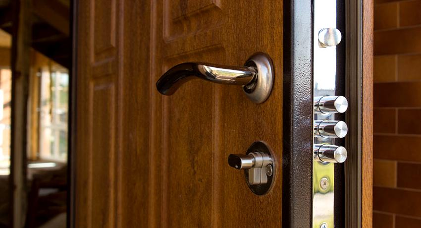 Замки для входных дверей могут быть следующих типов: цилиндровые, защелки, фалевые, шпингалеты