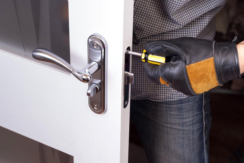 Для того чтобы починить запавший фалевый язычок, потребуется выполнить разборку замка