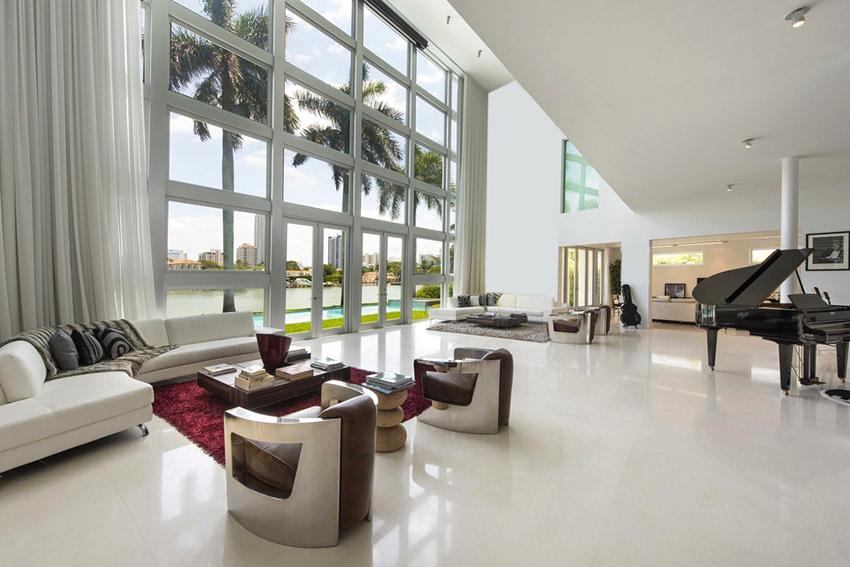 Однотонные шторы в белой гостиной могут сливаться со стенами, а цветные перетягивать внимание на себя