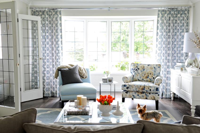 Для оформления окон белых гостиных можно применять изделия с рисунком