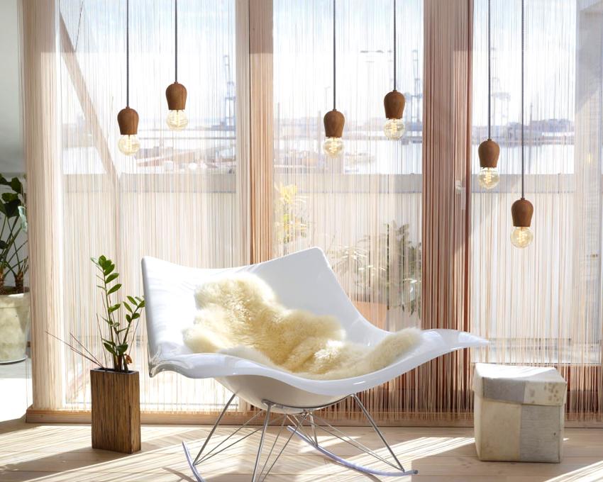 Прекрасно дополняются нитяными шторами гостиные с панорамными окнами