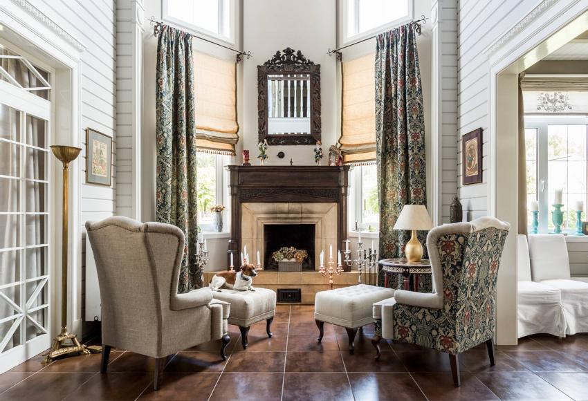 Создать в гостиной интересный интерьер можно с помощью различных вариантов декорирования штор
