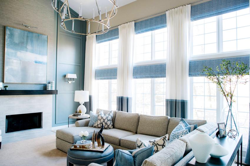 Способ оформления окна в гостиной во многом зависит от необходимой функциональности штор