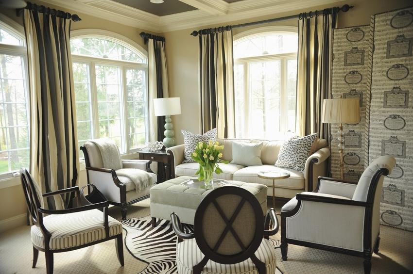 В современном интерьере шторы в гостиной могут выполняться из любой ткани
