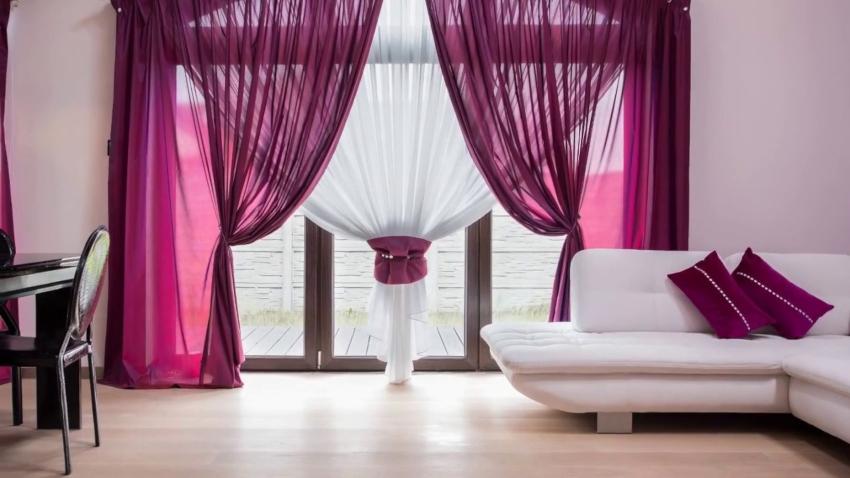 Шторы из шифона могут быть как самостоятельным украшением окна, так и частью декоративной композиции