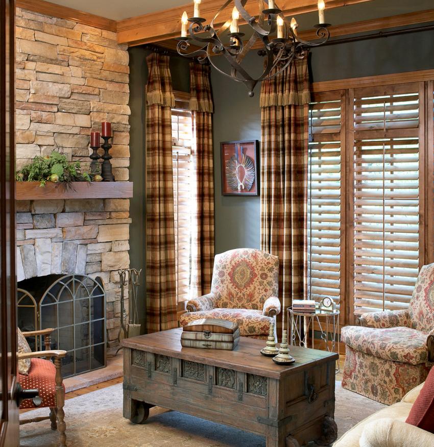 Тяжелые шторы будут смотреться гораздо оригинальнее с короткой верхней оборкой из такой же ткани