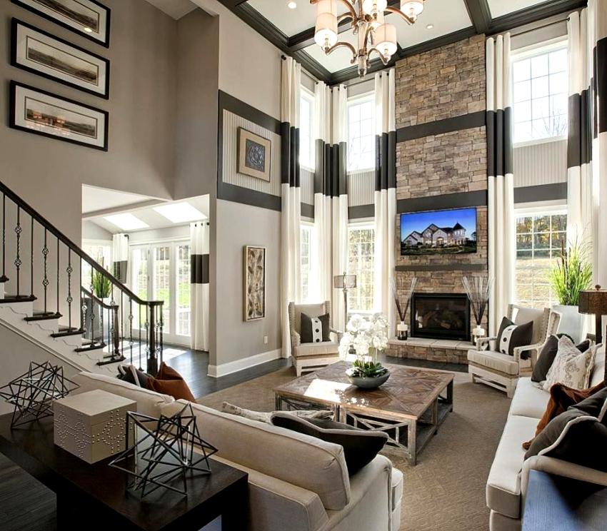 При оформлении дизайна окон в гостиной длинными шторами необходимо установить карниз на высоте не менее 300 см