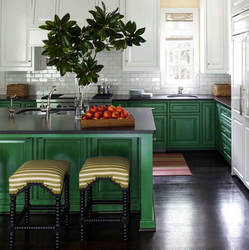 Если выбран яркий кухонный гарнитур, то отделка должна быть нейтральной