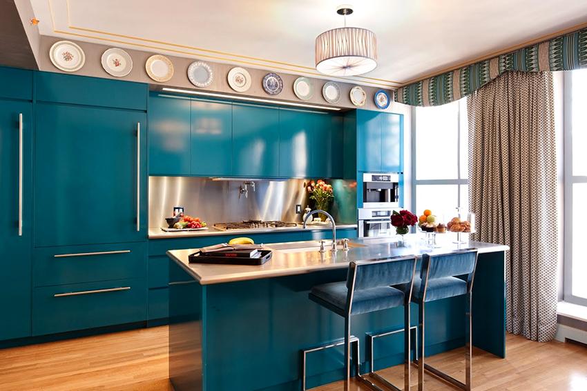Кухню бирюзового цвета можно разбавить белыми, серыми или красными оттенками