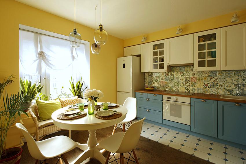 Выбирая цвет для стен, в первую очередь необходимо учитывать габариты кухни