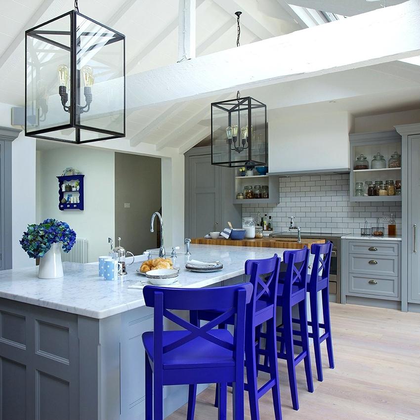 Светлые оттенки сделают пространство кухни зрительно больше, а потолки выше