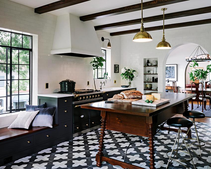 На кухнях в черно-белых цветах хорошо смотрятся детали из металла и дерева