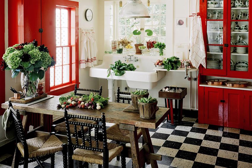 Красный сочетается с множеством цветов, но лучше всего его дополнять белым и черным