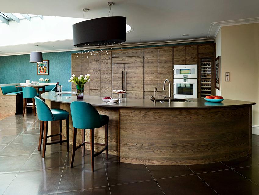 Большую кухню можно оформить в любых цветах, главное, чтобы все выглядело гармонично