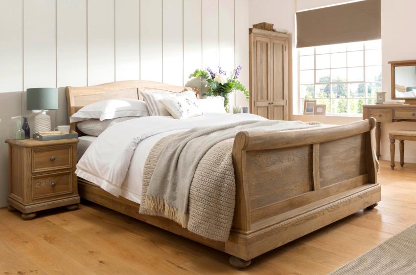 Для напольного покрытия лучше подойдет деревянный паркет или ламинат высокого качества с ярко выраженной фактурой дуба