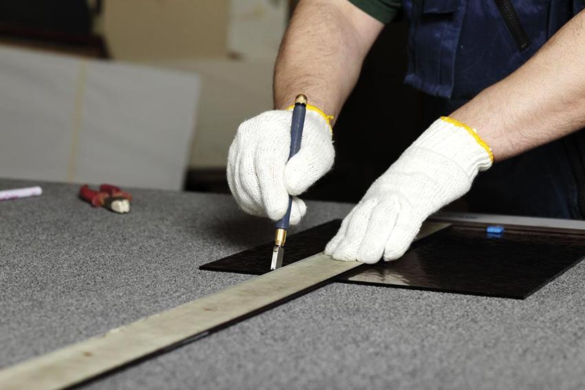 Для резки стекла можно воспользоваться специальным ножом