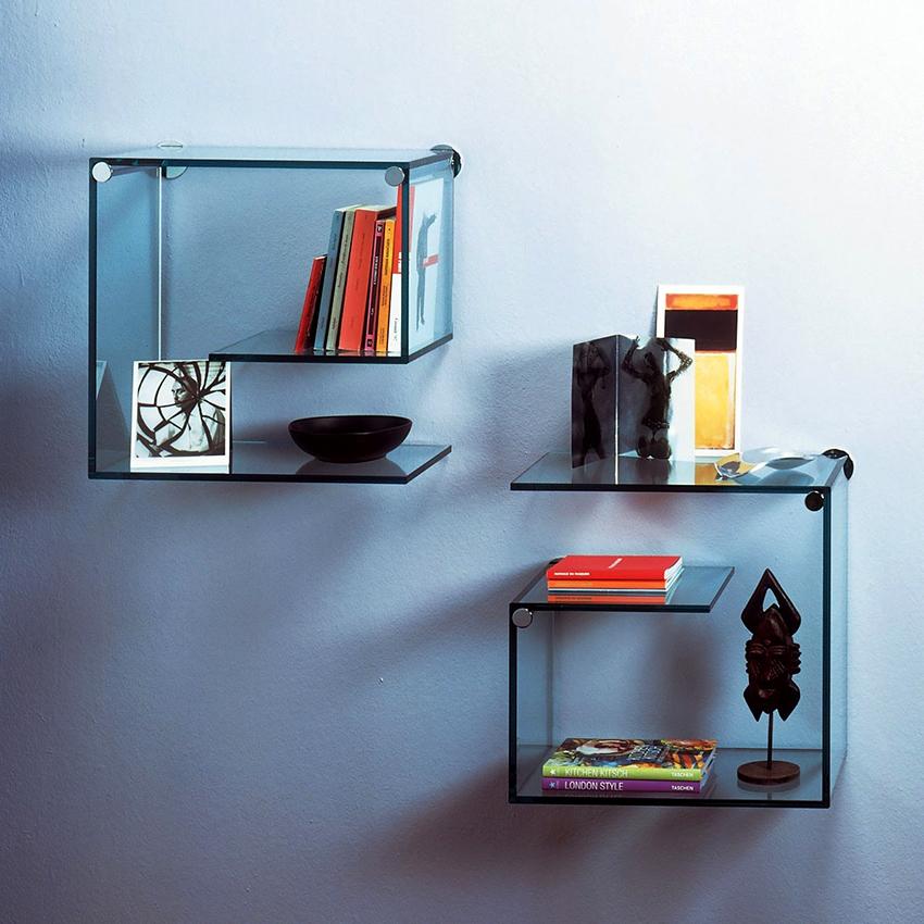 На оригинальных стеклянных полках можно расположить книги