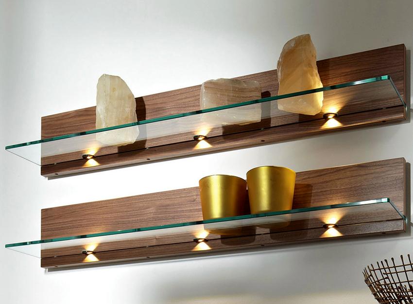 Быстрый и удобный способ крепления стеклянных полок ‒ с помощью деревянной рейки
