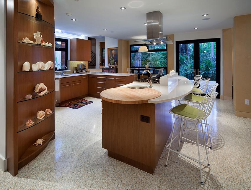 Деревянный шкаф или стеллаж со стеклянными полками смотрится стильно и презентабельно