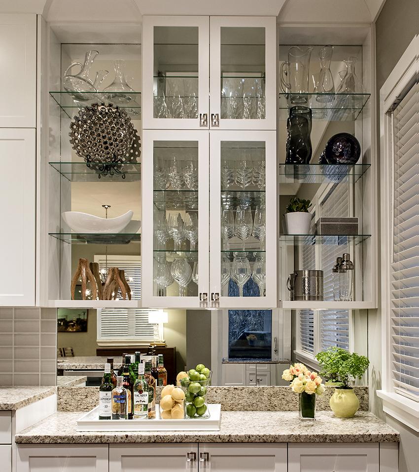 Полки со стеклянными дверцами – оптимальный вариант для кухни и ванной