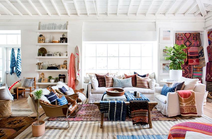 Идеальным решением для бохо интерьера будет мебель из разных гарнитуров и стилей, собранная в одном помещении